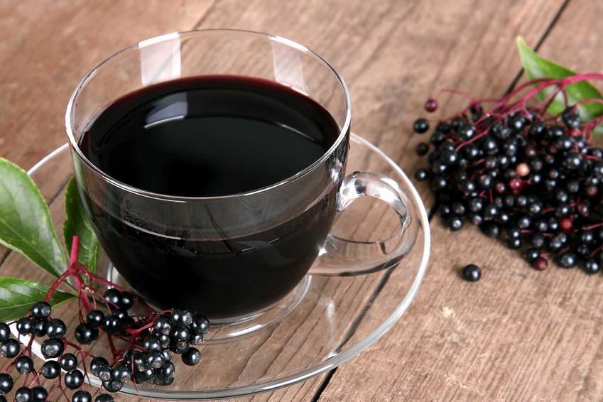 Sok z czarnego bzu w szklance, a także najlepsze przepisy na sok z czarnego bzu oraz inne przetwory z owoców czarnego bzu