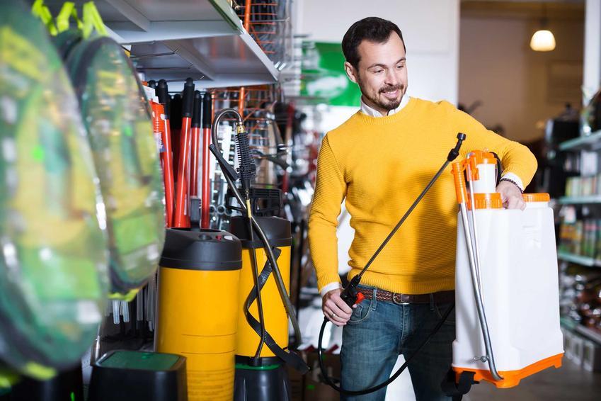 Mężczyzna z opryskiwaczem ogrodowym w czasie wykonywania oprysków, a także opryskiwacze ogrodowe plecakowe krok po kroku