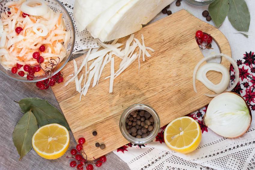 Przygotowane składniki na kiszenie kapusty oraz informacje i porady, jak kisić kapustę krok po kroku, najlepsze spoosby na kiszoną kapustę