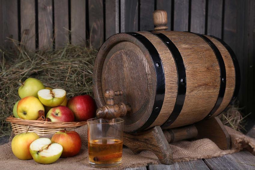 Wino jabłkowe w beczce oraz świeże owoce jabłka, a także najlepszy przepis na wino jabłkowe przygotowane domowymi sposobami