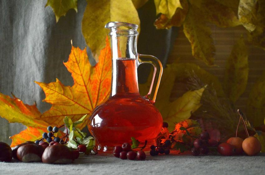 Wino z głogu w jesiennej aranżacji oraz najlepszy przepis na wino z głogu w domowym wydaniu, składniki i czas przygotowania