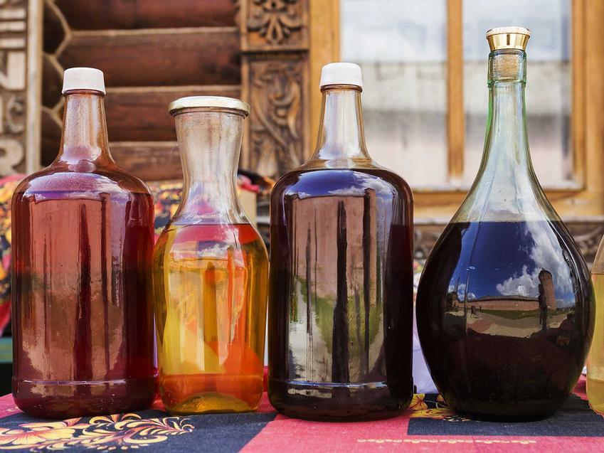 Nalewka z miodu czy też nalewka miodowa w butelkach przygotowana na bazie różnych rodzajów miodu: gryczanym, akacjowym