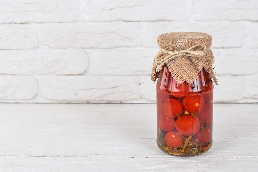 Pomidory koktajlowe w oliwie w słoiku jako przetwory na zimę oraz sprawdzone przepisy na nie