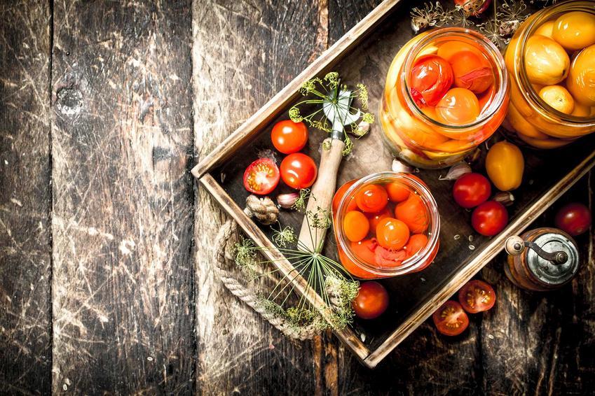 Pomidory koktajlowe i pomidorki koktajlowe w słoikach jako przetwory domowe oraz najlepsze przepisy na nie