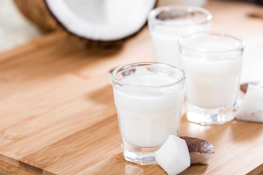 Nalewka kokosowa określana też jako wódka kokosowa oraz najlepsze przepisy i składniki na likier kokosowy krok po kroku