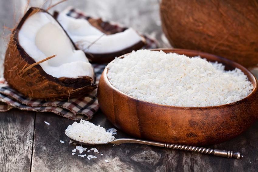 Kokos i wiórki kokosowe jako składniki na nalewkę kokosową, a także porady, jak zrobić likier kokosowy krok po kroku