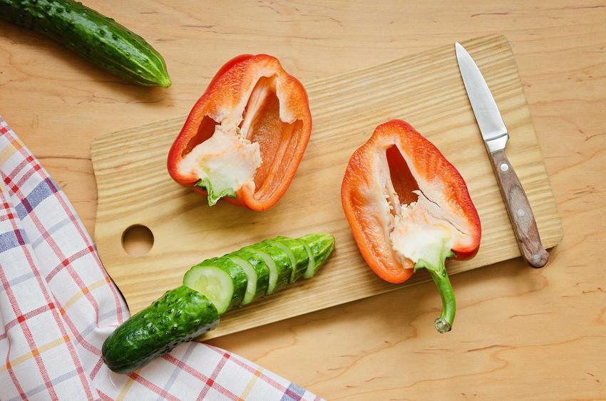 Ogórki z papryką podczas krojenia na desce oraz najlepsze przepisy na ogórki z papryką na zimę do słoików