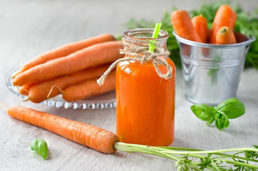 Sok z marchwi w dekoracyjnym słoiku ze słomką, a także sok marchewkowy i jego właściwości zdrowotne krok po kroku