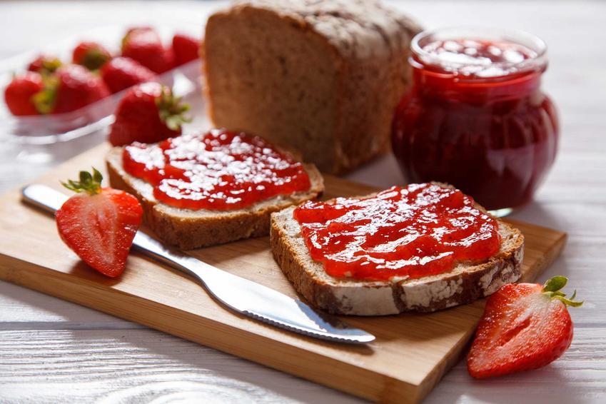 Dżem truskawkowy z słoiku i na kanapkach oraz najlepsze i szybkie przepisy na dżem z truskawek krok po kroku