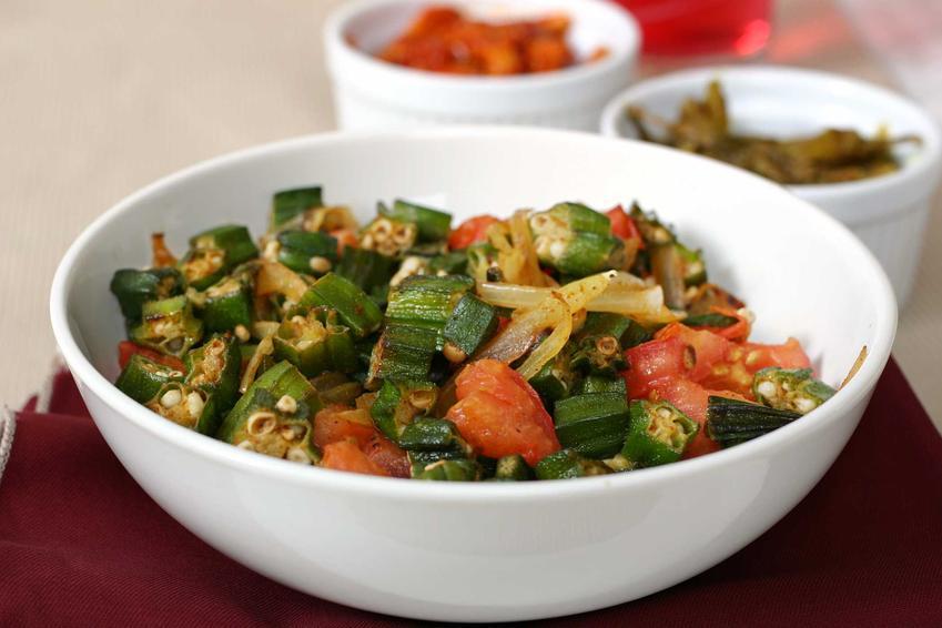Okra duszona z pomidorami, inaczej ketmia jadalna lub piżmian jadalny oraz właściwości i przepisy na najlepsze dania z okrą
