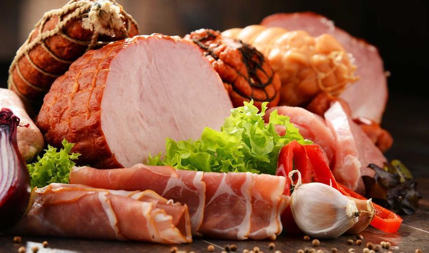 Szynka domowej roboty w towarzystwie innych wędlin oraz przepisy na mięso z szynkowara