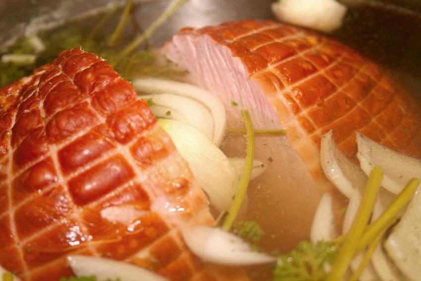 Parzenie szynki wędzonej, czyli gotowanie szynki wędzonej w roztworze oraz szacowany najlepszy czas parzenia