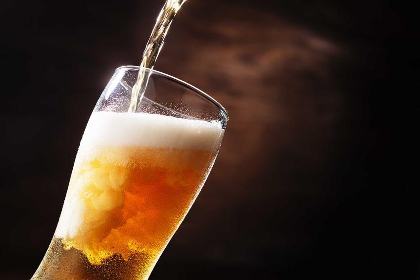 Nalewanie domowego piwa do szklanki, a także porady, jak zrobić piwo, czyli warzenia piwa w domu krok po kroku