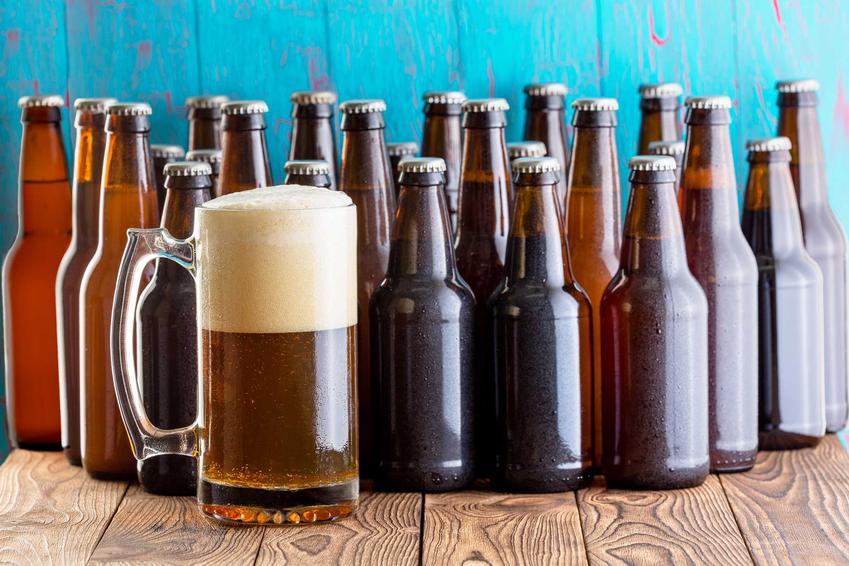 Piwo domowe w kuflu i butelkach oraz porady, jak zrobić piwo w domu i potrzebny zestaw do warzenia piwa