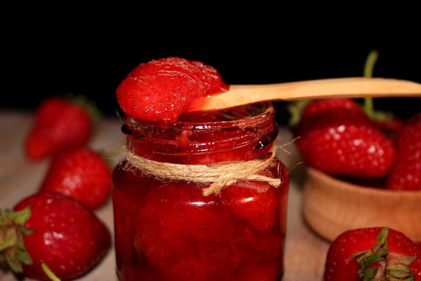 Konfitura z truskawek w słoiku i na łyżce oraz przepis na konfiturę z truskawek i jak zrobić dżem z truskawek