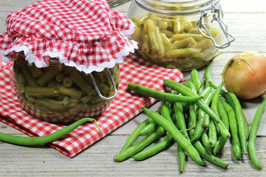 Przetwory z fasolki szparagowej w małych słoikach oraz świeża zielona fasolka, a także przepisy na weki na zimę