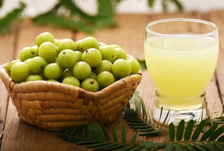 Sok z agrestu w szklance i świeże owoce, czyli przetwory z agrestu oraz najlepszy, smaczny przepis na sok z agrestu