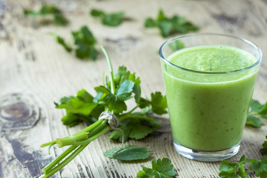 Sok warzywny z ogórka w szklance oraz sprawdzone przepisy na soki z warzyw - buraka, pietruszki, marchewki