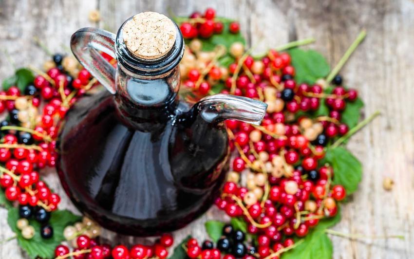 Wino z porzeczek w karafce oraz przepis na wino domowe z czerwonej porzeczki, czarnych albo białej, procedura i przepisy