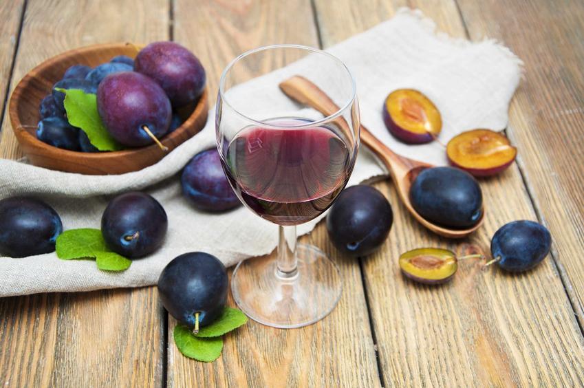 Wino śliwkowe, a dokładniej wino ze śliwek węgierek w kieliszku oaz świeże owoce, a także przepis na wino śliwkowe