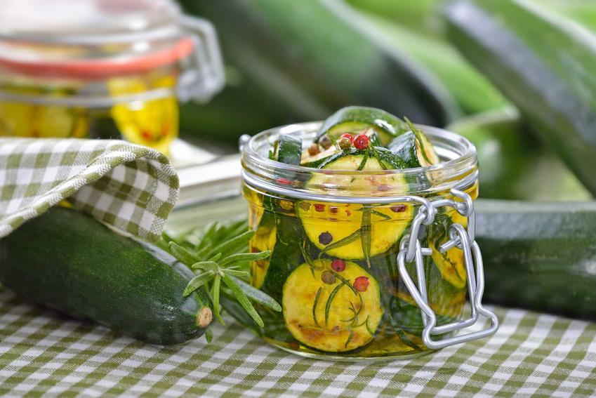 Cukinia na zimę, czyli przetwory z cukinii, na przykład sałatka z cukinii na zimę w słoiku oraz przepisy