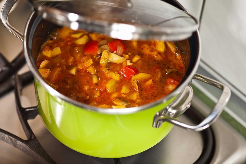 Leczo z cukinii na zimę podczas gotowania w garnku oraz najlepszy przepis na leczo z cukinii w słoikach