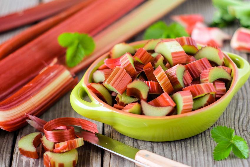 Rabarbar pokrojony w kawałi oraz nalewka z rabarbaru czy też nalewka rabarbarowa z truskawkami i przepisy na nie