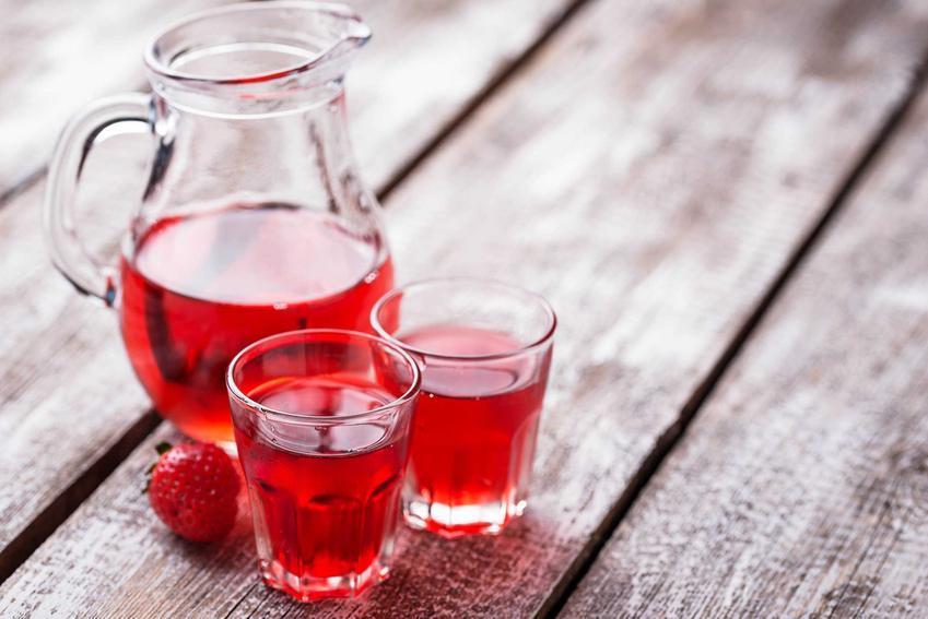 Nalewka z truskawek w dzbanku i szklankach, a także nalewka z truskawek na spirytusie i najlepsze przepisy na nalewkę z truskawek