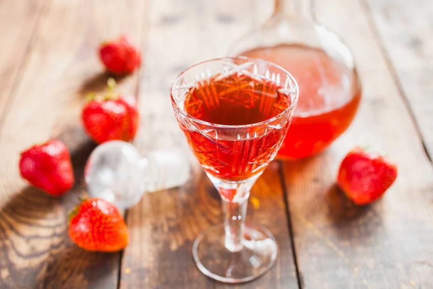 Nalewka z truskawek w kieliszku oraz świeże owoce, a także nalewka z truskawek na spirytusie i najlepsze przepisy na nalewki