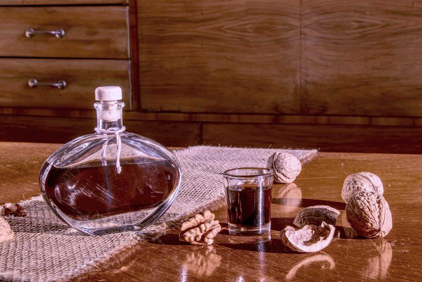 Orzechówka na spirytusie, czyli nalewka z orzechów w kieliszku i karafce oraz przepis na orzechówkę z dojrzałych orzechów