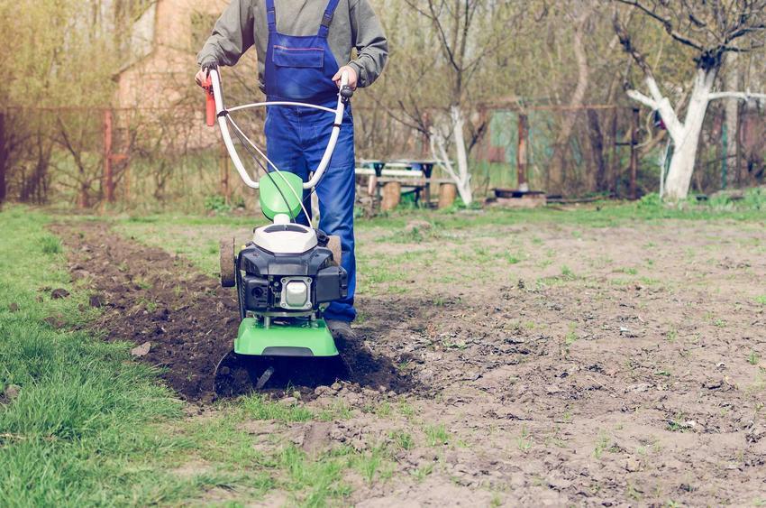 Kultywator ogrodowy obsługiwany przez mężczyznę oraz polecane kultywatory uprawowe, na przykład elektryczne i ciągnikowe