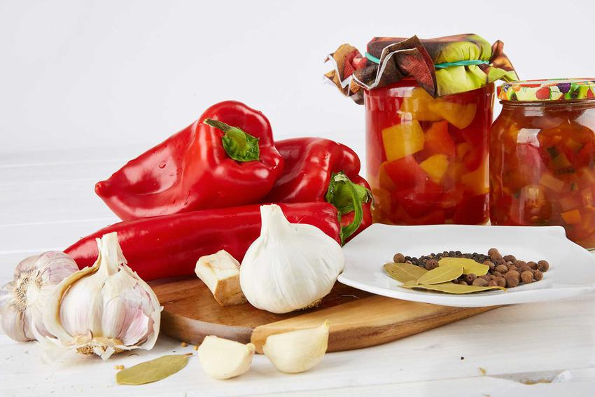Świeża papryka i czosnek oraz domowe przetwory z papryki lub weki z papryki, a także najlepsze przepisy na marynaty z papryki
