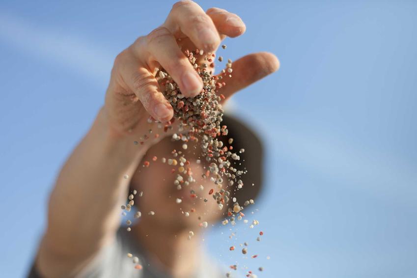 Nawóz azofoska w użyciu, czyli granulat rozsypywany przez ogrodnika oraz jego zastosowanie i dawkowanie