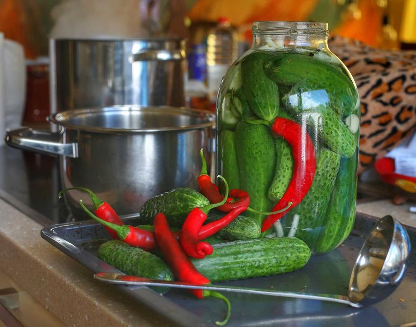 Ogórki z chili i czosnkiem w dużym słoiku oraz najlepszy przepis na ogórki z chili na zimę do słoików w zalewie