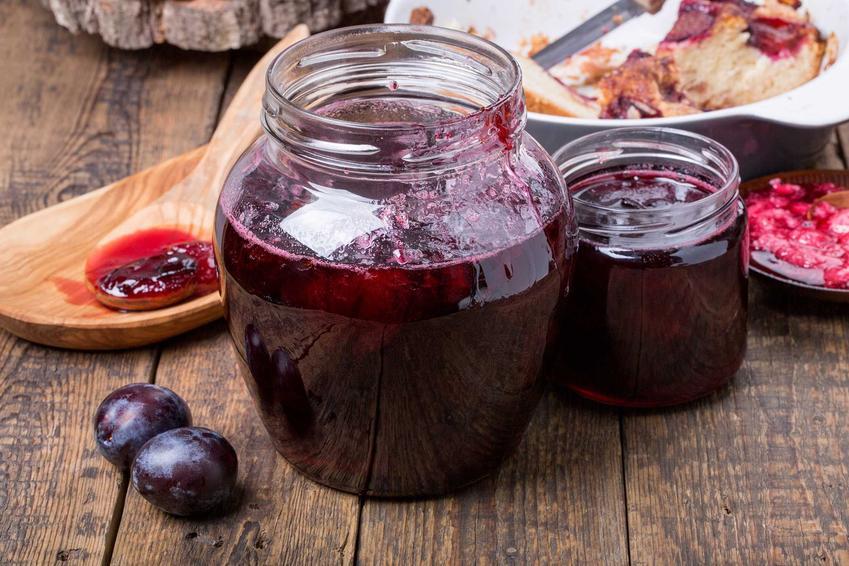 Konfitura śliwkowa w słoiku oraz przygotowanie konfitury ze śliwek, a także przepis na wino i nalewkę ze śliwek