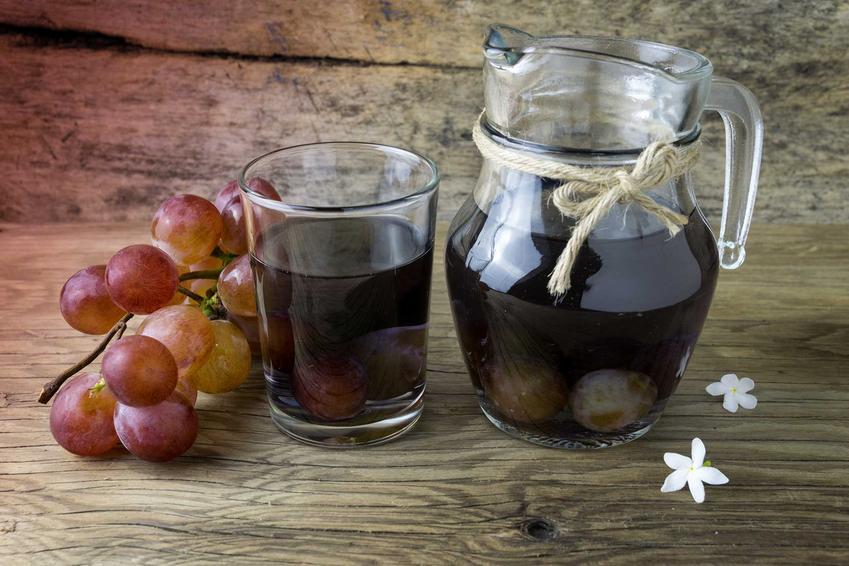 Kompot z winogron w dzbanku oraz domowe sposoby i przepis na kompot z ciemnych winogron oraz przetwory z winogron - porady