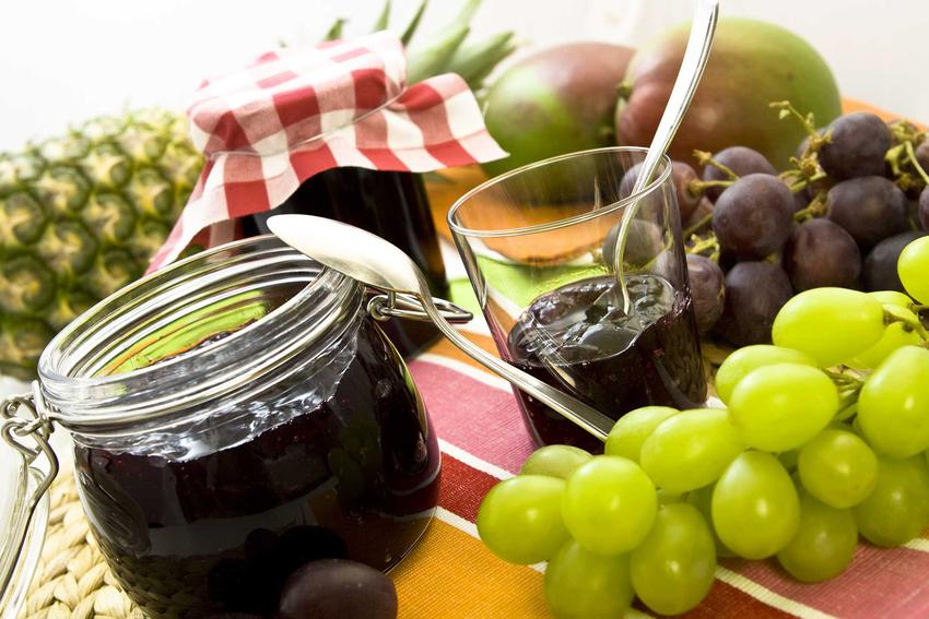 Dżem z winogron czy też dżem winogronowy w słoiku i szklance oraz najlepsze przepisy na przetwory z winogron jasnych i ciemnych winogron