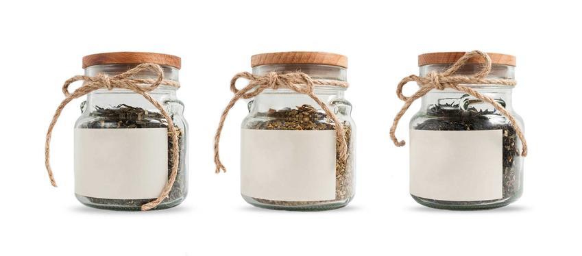 Słoiki z pustymi etykietami, czyli etykiety na słoiki czy też etykiety na przetwory domowe, a także polecane naklejki na przetwory
