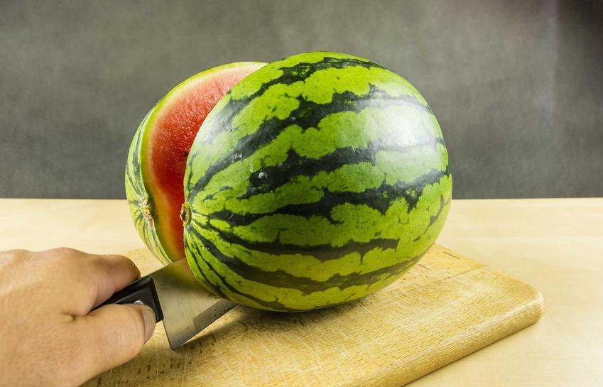 Arbuz przekrojony na pół, a także uprawa arbuzów, czyli uprawa arbuza w gruncie oraz porady na temat uprawy