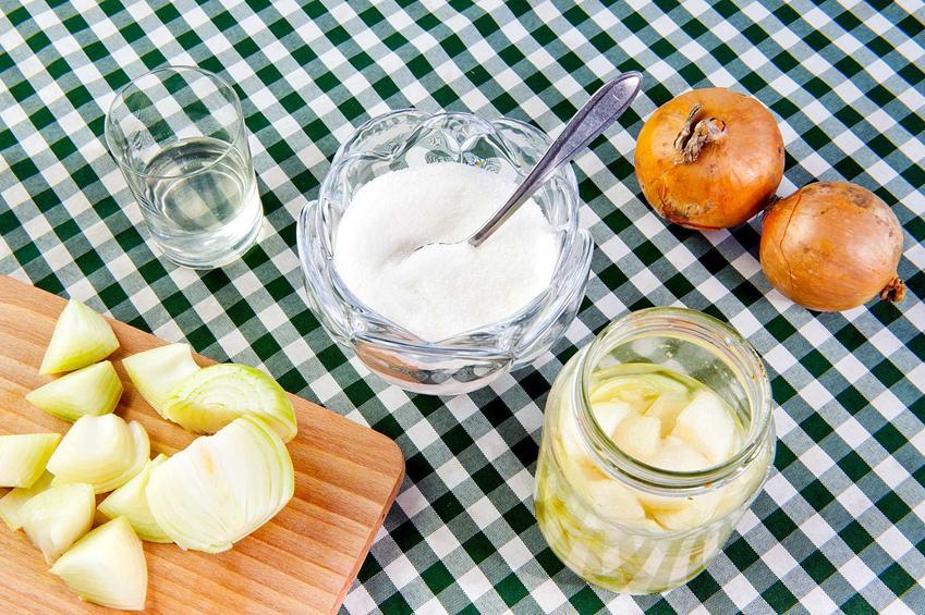 Syrop z cebuli na kaszel oraz przepis na syrop z cebuli i miodu dla dziecka oraz na różne dolegliwości dla dorosłych