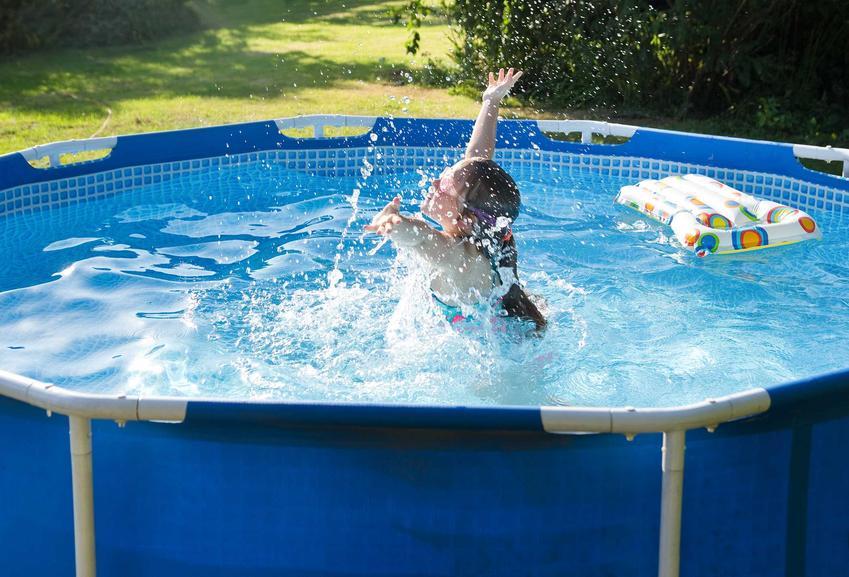 Dziewczynka kąpiąca się w basenie, czyli baseny w Castoramie, w tym takie baseny ogrodowe, jak baseny rozporowe czy baseny stelażowe