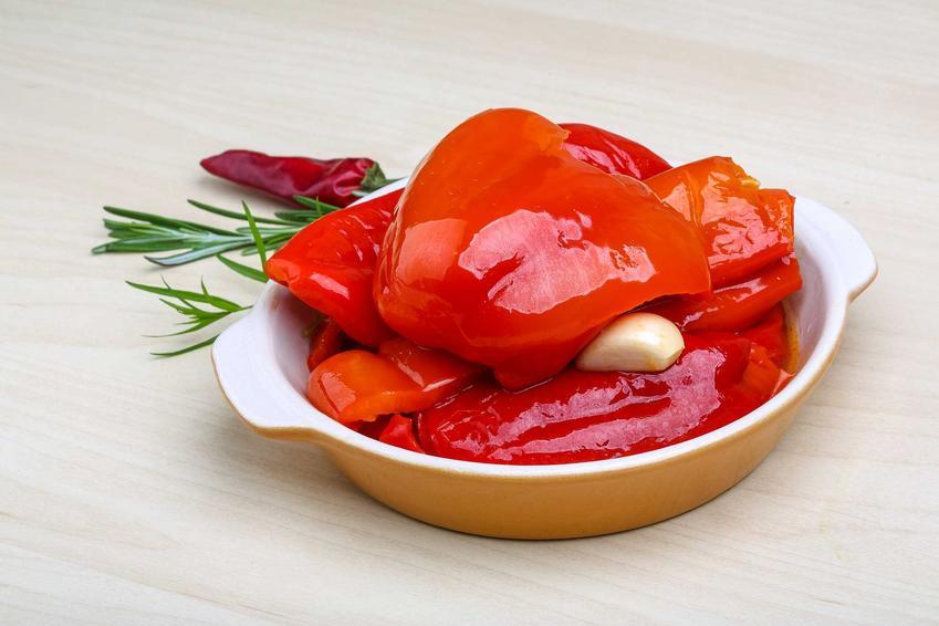 Czerwona papryka konserwowa na półmisku oraz sprawdzony i szybki przepis na przetwory z papryki na zimę krok po kroku