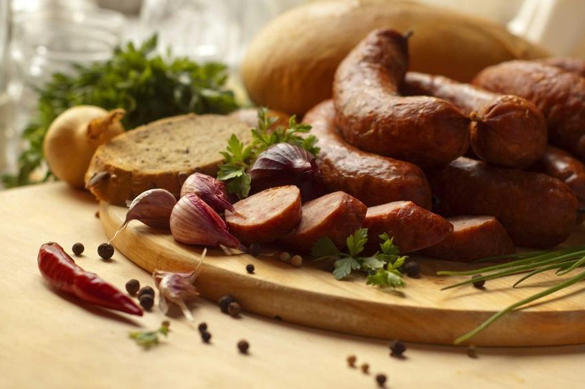 Kiełbasa z dzika w plasterkach lub kiełbasa z dzika i wieprzowiny oraz przepis na kiełbasę z dzika wraz z listą składników