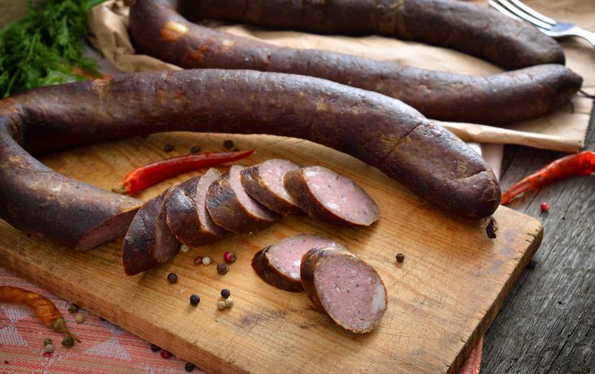 Kiełbasa z dzika czy też kiełbasa z dzika i wieprzowiny oraz przepis na kiełbasę z dzika, porady i składniki