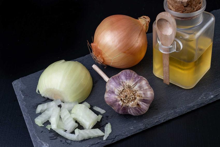 Syrop z cebuli i czosnku na kaszel, czyli przepis na syrop z cebuli czosnku i miodu czy syrop cebulowy z czosnkiem