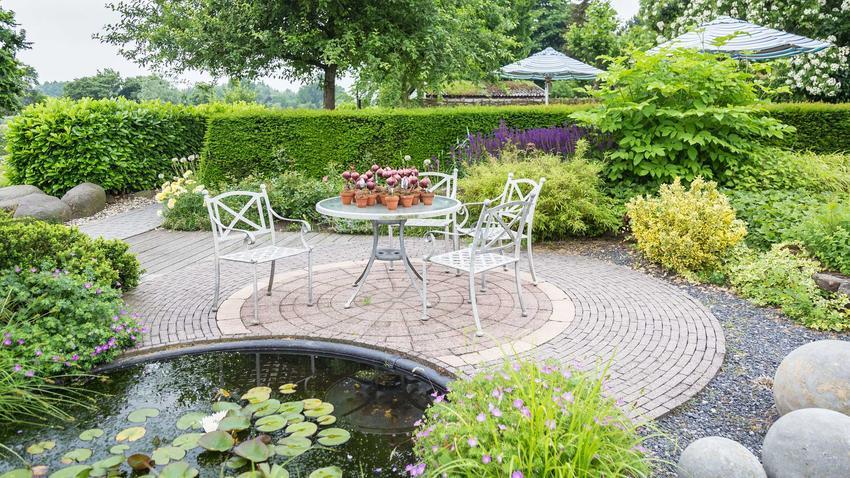 Metalowe meble ogrodowe w ogrodzie, czyli polecane stoły i krzesła ogrodowe oraz porady na temat wyboru stołów i krzeseł