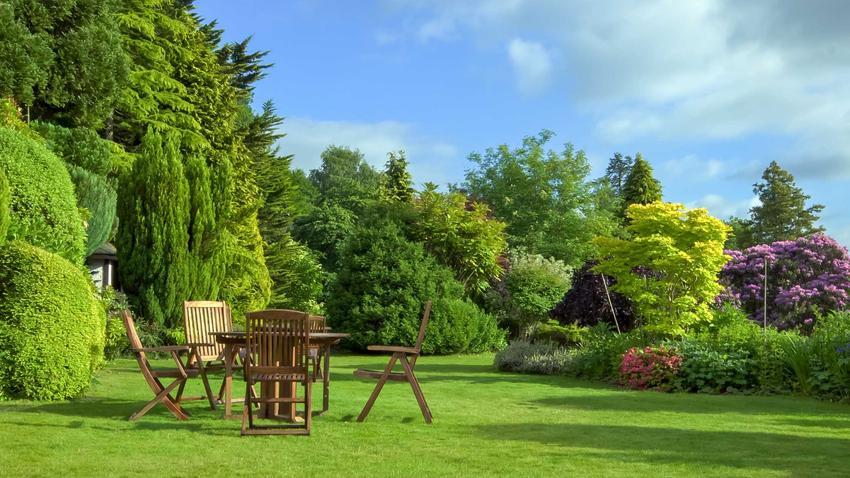 Tanie meble ogrodowe w słonecznym ogrodzie oraz polecane zestawy ogrodowe i tanie meble tarasowe idealne do każdego ogrodu