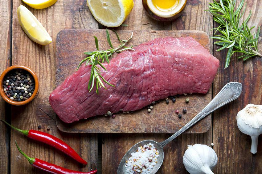 Peklowanie na mokro, na przykład peklowanie szynki oraz solanka do mięsa oraz przepis i proporcje do najlepszej zaprawy do szynki