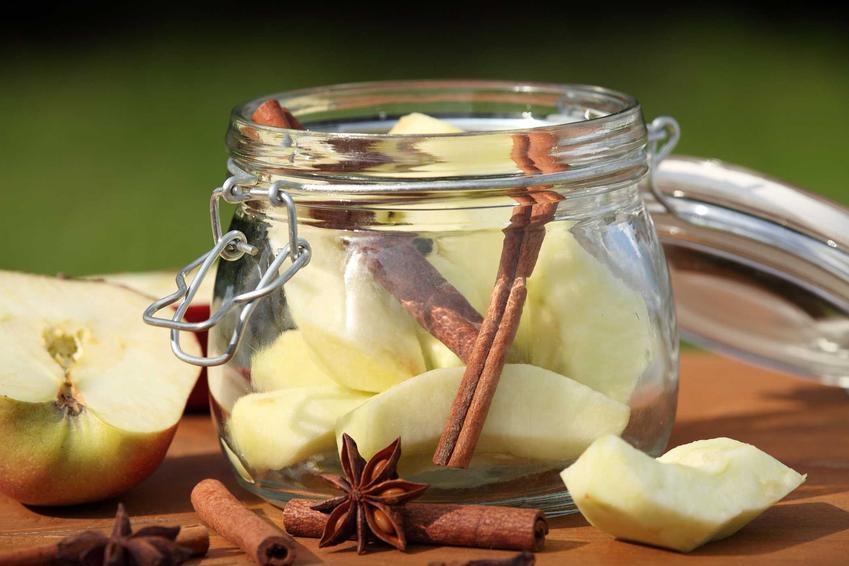 Jabłka w słoiku oraz kompot z jabłek i przepis na kompot jabłkowy do słoików na zimę, wekowanie i najlepsze dodatki
