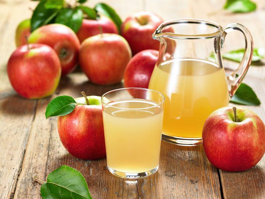 Kompot z jabłek w dzbanku i szklance oraz przepis na kompot jabłkowy do słoików, a także do bezpośredniego spożycia, najlepsze dodatki
